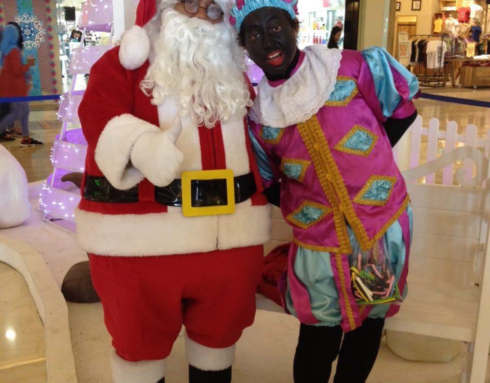 Badut Santa clous dan zwarte piet